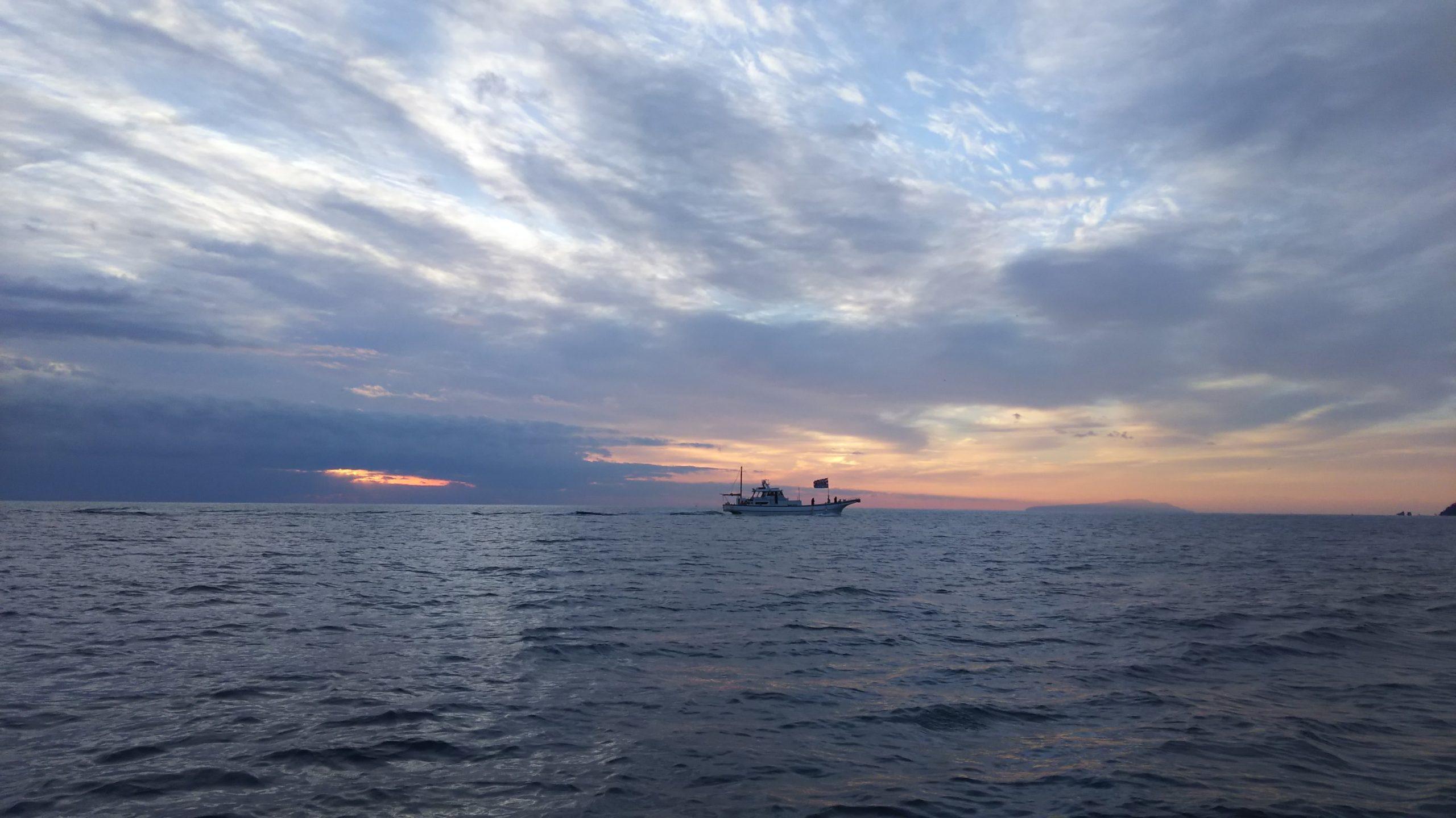 新年で大漁旗を掲げた釣り船
